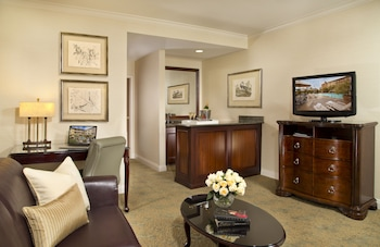 One Bedroom King Suite-FREE Shuttle Service