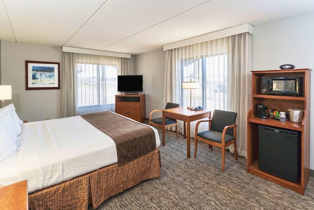 Standard Room, 1 King Bed, Refrigerator & Microwave, Poolside (1st Floor)