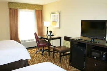 Guestroom at Hampton Inn & Suites Alexandria Old Town Area South in Alexandria