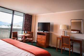 Traditional Room, 1 King Bed, Refrigerator & Microwave, Partial Ocean View