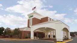 Holiday Inn Express Fredericksburg Southpoint, an IHG Hotel