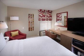 Room, 1 King Bed, Refrigerator & Microwave, Pool View