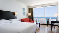 Club Seafront Room, 1 Queen Bed, Business Lounge Access