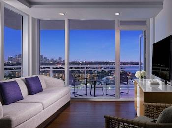 Suite, 1 King Bed, Marina View, Corner (Balcony)