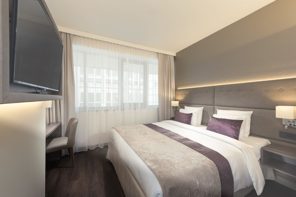 Suite : Business Suite, 1 King Bed with Sofa bed (1-3 Persons) 4 of 124