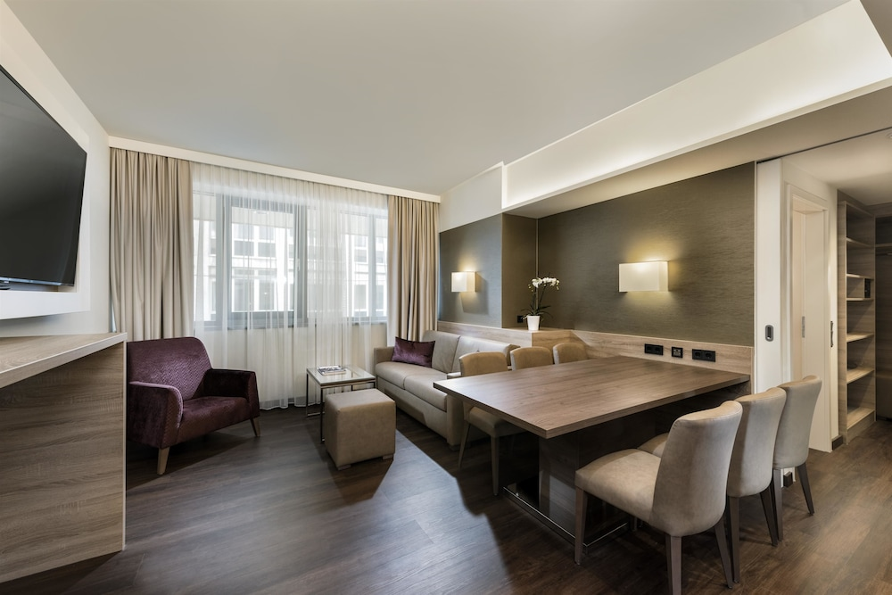 Suite : Business Suite, 1 King Bed with Sofa bed (1-3 Persons) 14 of 124