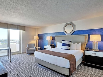 Deluxe Room, 1 King Bed, Lake View