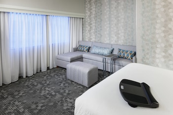 Guestroom at Courtyard by Marriott Alexandria Old Town/Southwest in Alexandria