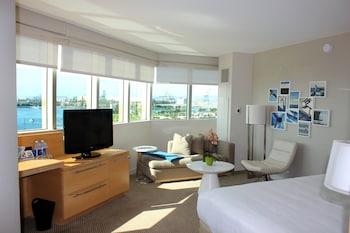 Room, 1 King Bed, Corner (Harbor View)