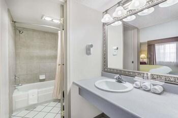 Days Inn by Wyndham Delta CO - Bathroom  - #0