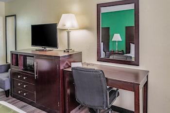 Guestroom at Quality Inn Charleston Gateway in Charleston