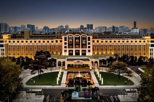 . Crowne Plaza Zhengzhou, an IHG Hotel