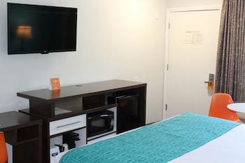 Guestroom at Howard Johnson by Wyndham San Diego Hotel Circle in San Diego