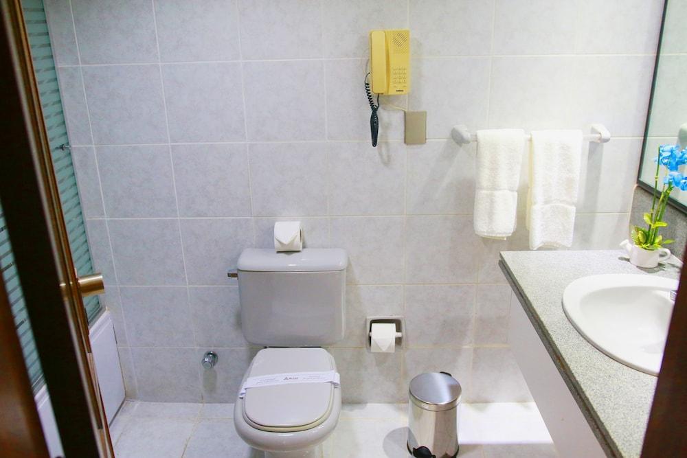 https://i.travelapi.com/hotels/1000000/30000/24500/24417/0ce6703c_z.jpg