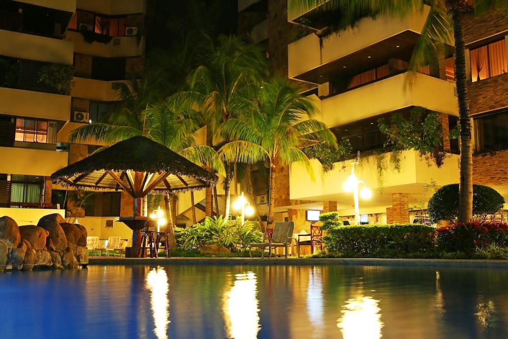 https://i.travelapi.com/hotels/1000000/30000/24500/24417/64106439_z.jpg
