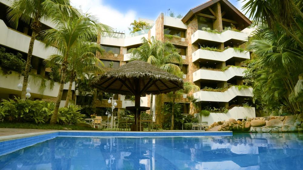 https://i.travelapi.com/hotels/1000000/30000/24500/24417/d969898b_z.jpg