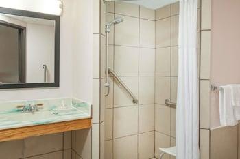 Days Inn by Wyndham Mason City - Bathroom  - #0