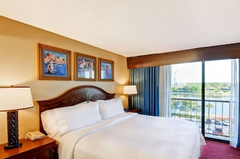 Suite, 1 King Bed, Balcony, Lake View
