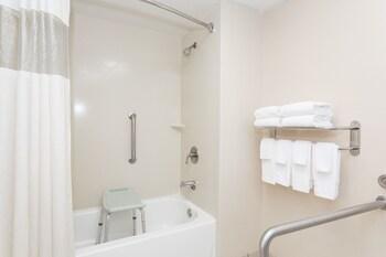 Days Inn Statesboro - Bathroom  - #0