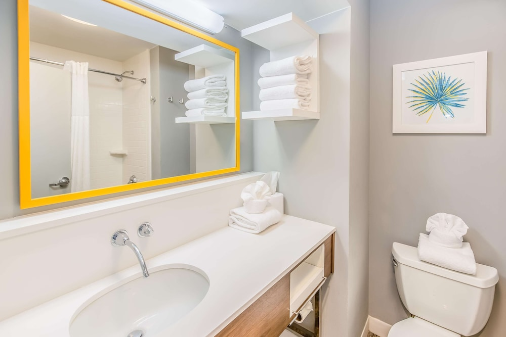 https://i.travelapi.com/hotels/1000000/30000/24800/24770/d3aaf3f1_z.jpg