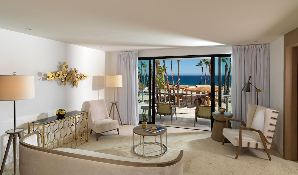 Suite : Royal Service Ocean Front Master Suite 49 of 175