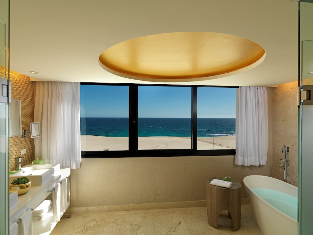 Suite : Royal Service Ocean Front Master Suite 61 of 175