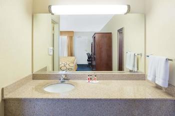 Baymont Inn & Suites Flagstaff - Bathroom  - #0