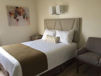 Deluxe Room, 1 Queen Bed, Refrigerator & Microwave