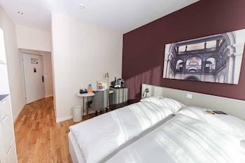 Standard Room, 1 Queen Bed, City View