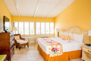 Standard Room, 1 King Bed, Refrigerator & Microwave, Poolside