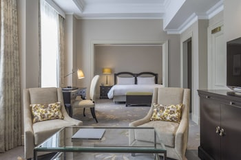 Deluxe Suite, 1 Queen Bed, Business Lounge Access