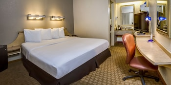 Guestroom at Midpointe Hotel by Rosen Hotels & Resorts in Orlando