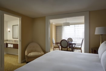 Guestroom at Dallas/Addison Marriott Quorum by the Galleria in Dallas