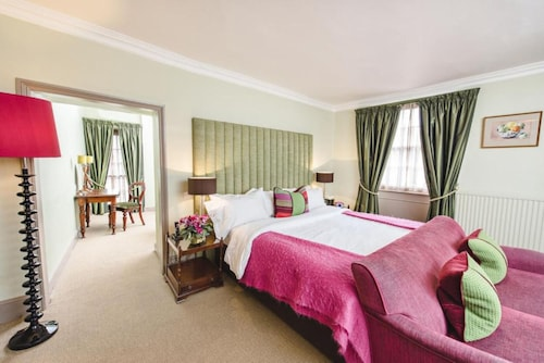 __{offers.Best_flights}__ The Feathers Hotel