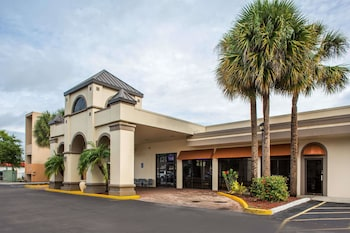 Exterior at Days Inn & Suites by Wyndham Orlando Airport in Orlando