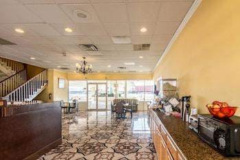 Lobby at Rodeway Inn in Arlington