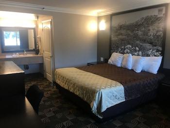 Comfort Room, 1 King Bed, Smoking