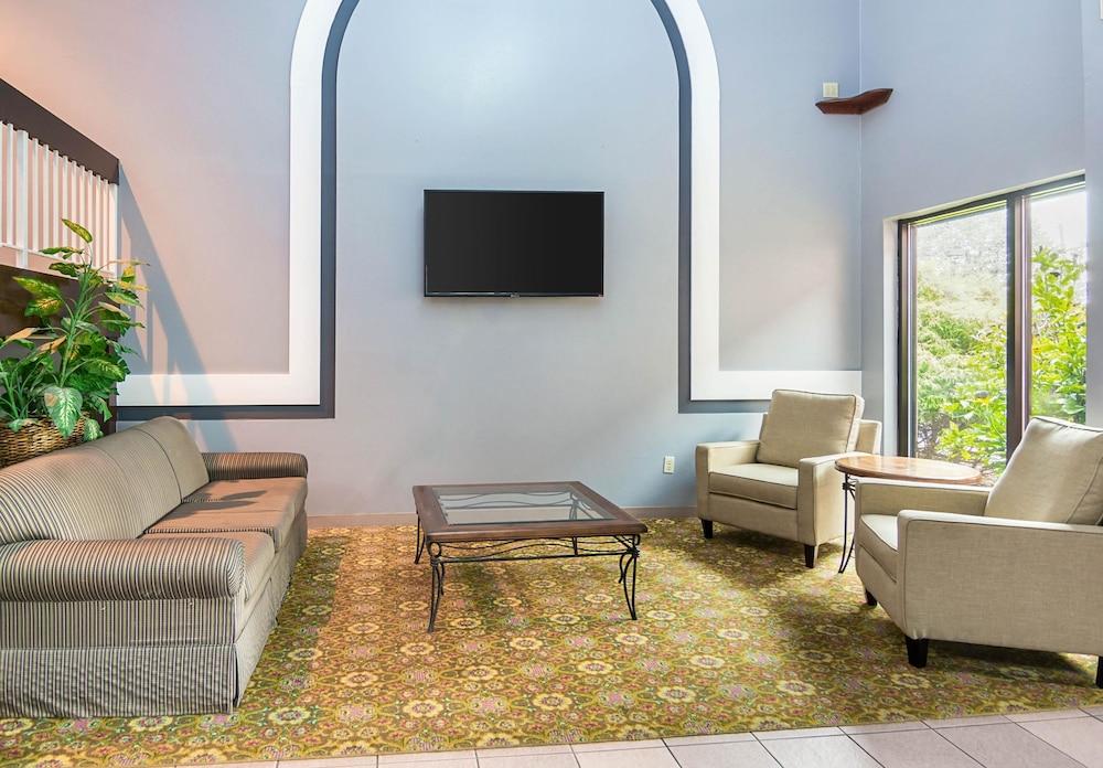 퀄리티 인 & 스위트(Quality Inn & Suites) Hotel Image 4 - Lobby