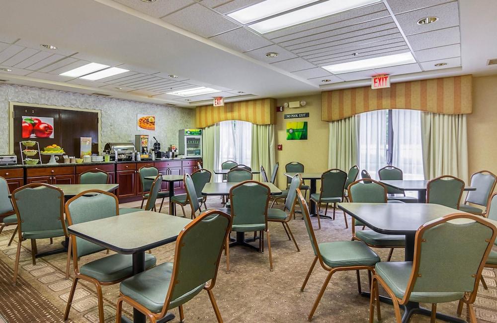 퀄리티 인 & 스위트(Quality Inn & Suites) Hotel Image 26 - Breakfast Area