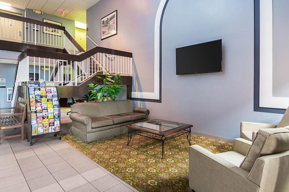 퀄리티 인 & 스위트(Quality Inn & Suites) Hotel Image 2 - Lobby