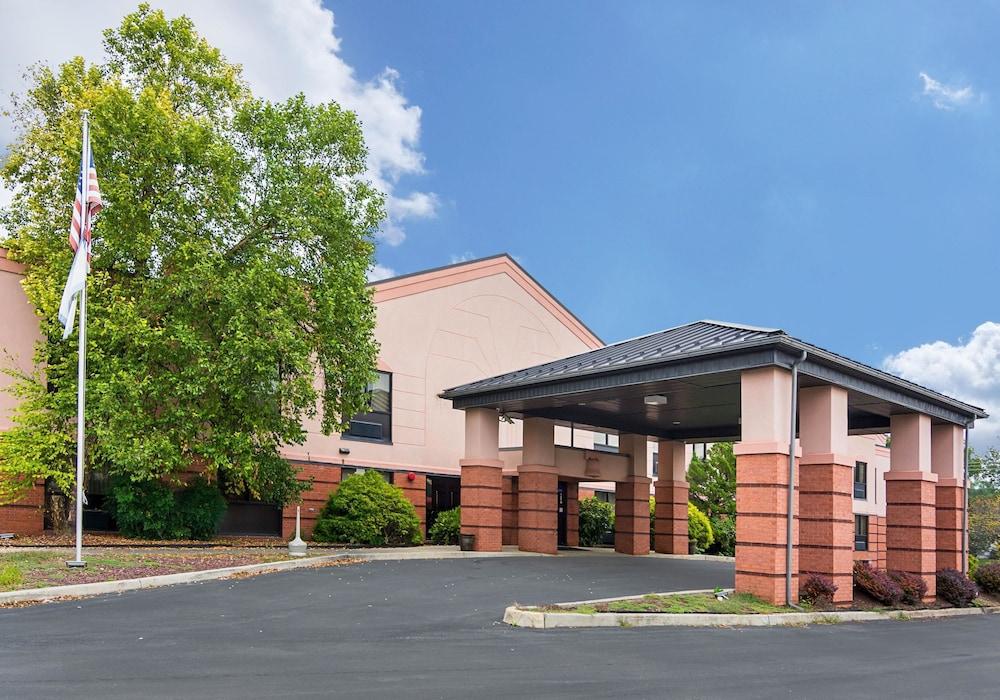 퀄리티 인 & 스위트(Quality Inn & Suites) Hotel Image 0 - Featured Image