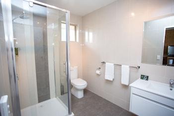 Blue Whale Motor Inn & Apartments - Bathroom  - #0