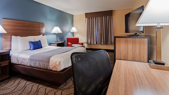 Standard Room, 1 King Bed, Refrigerator, Pool View