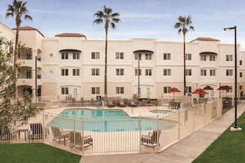 Premium Suite, 1 King Bed, Pool View