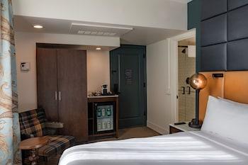 Standard Room, 1 Queen Bed (Floors 3-8)