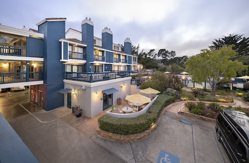 . Mariposa Inn & Suites