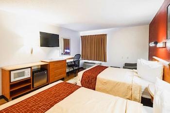Guestroom at Red Roof Inn & Suites Savannah Gateway in Savannah
