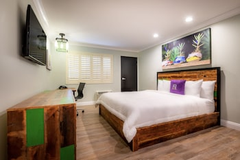 Deluxe Room, 1 King Bed, Non Smoking, Balcony