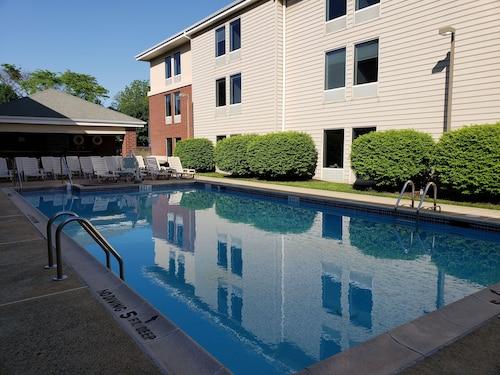 . Hampton Inn & Suites Newtown