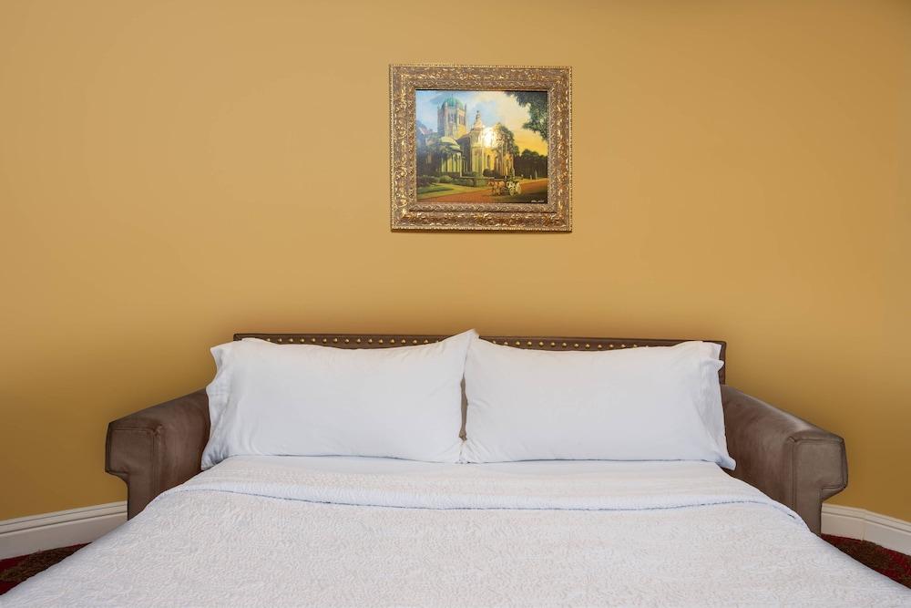 https://i.travelapi.com/hotels/1000000/330000/329700/329630/a9ad51e4_z.jpg